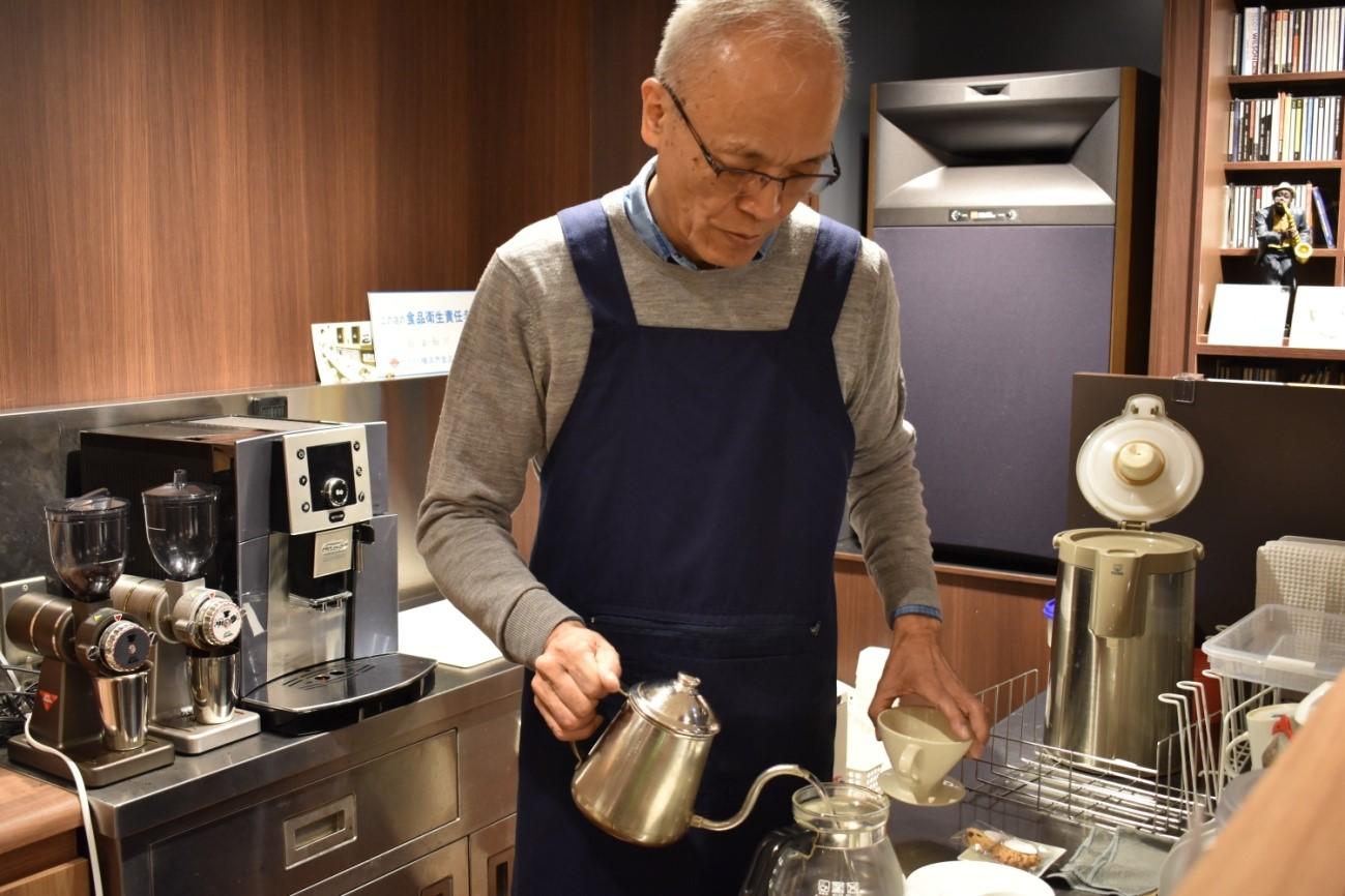 コーヒーの準備をするオーナーの和田さん