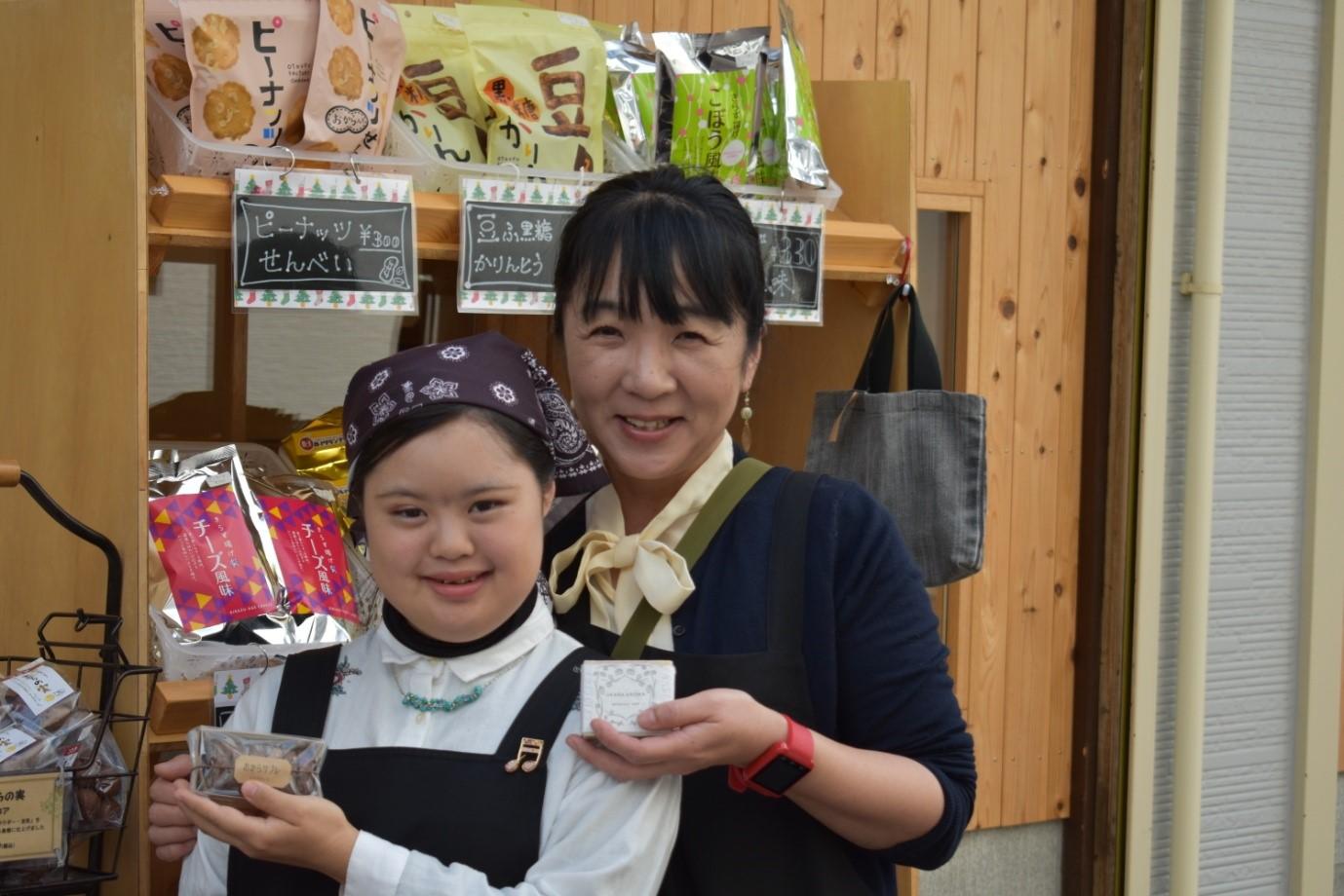 アトリエおからさんの製品を紹介する青木美恵子さん