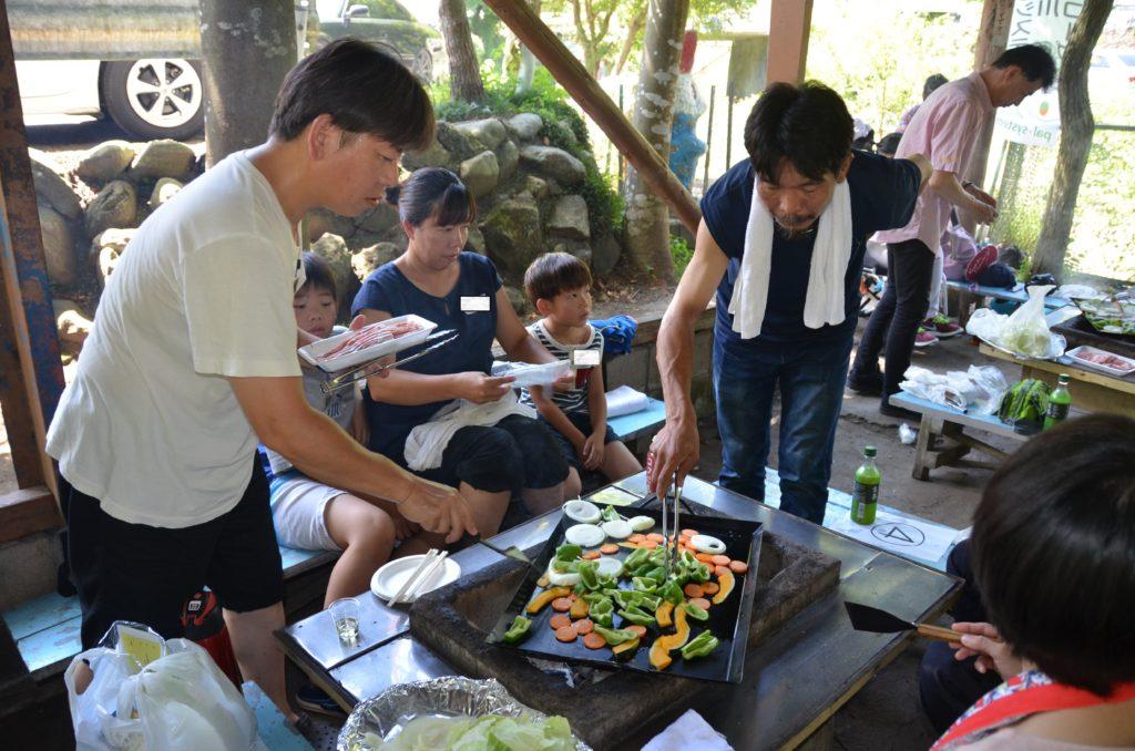 神奈川のすくすくパン豚バーベキュ-交流会で親子で参加されているみなさん