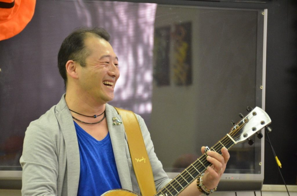 即興演奏をする中川ともゆきさん
