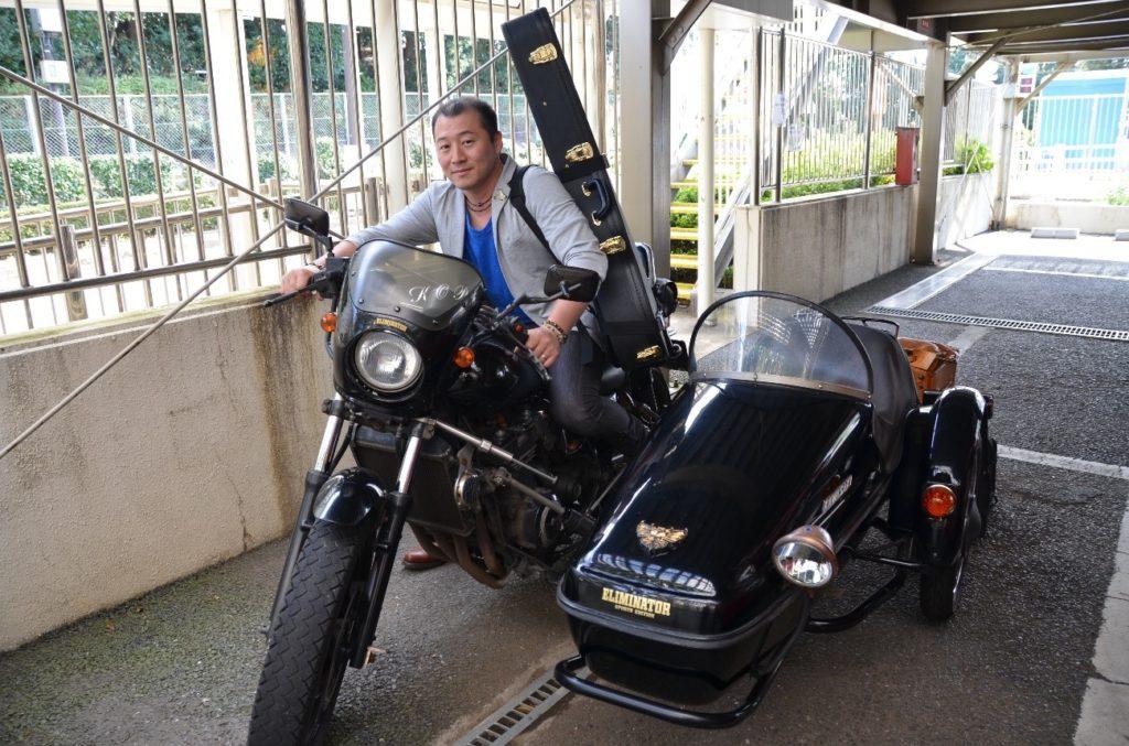 愛車に乗る中川ともゆきさん