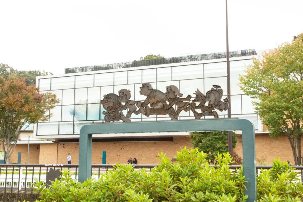 遊歩道のブロンズ像越しに見るミュージアム