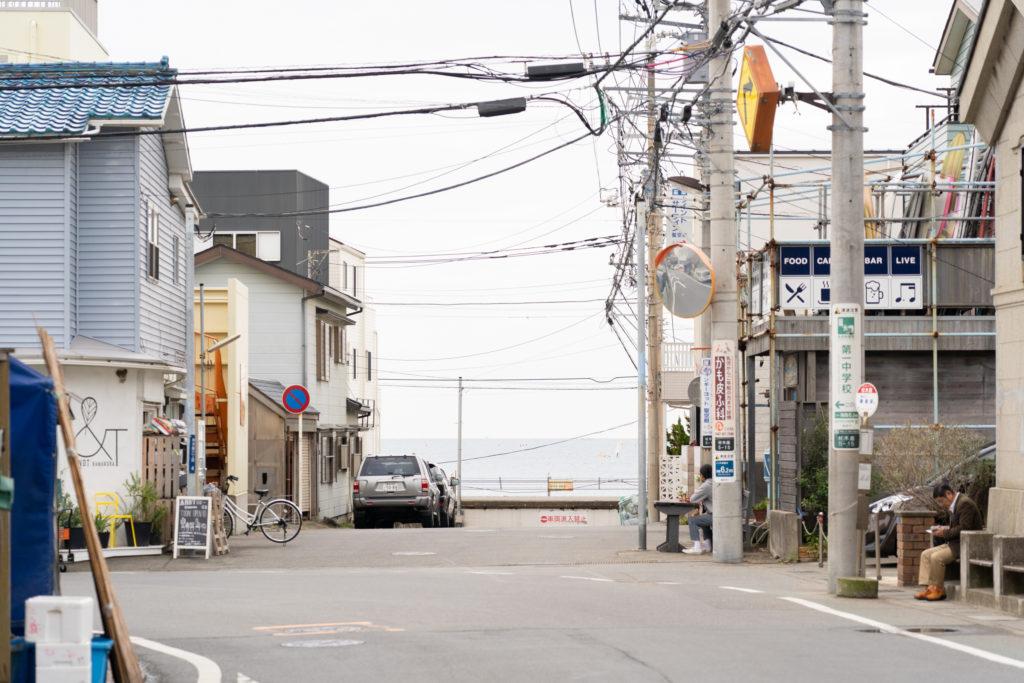 材木座の海に続く街並み