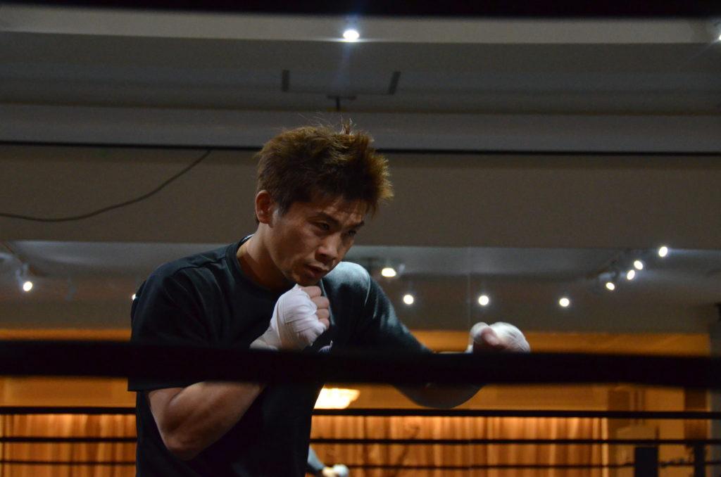 シャドウボクシングをする田村さん