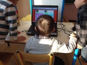 勉強するフランスの子ども