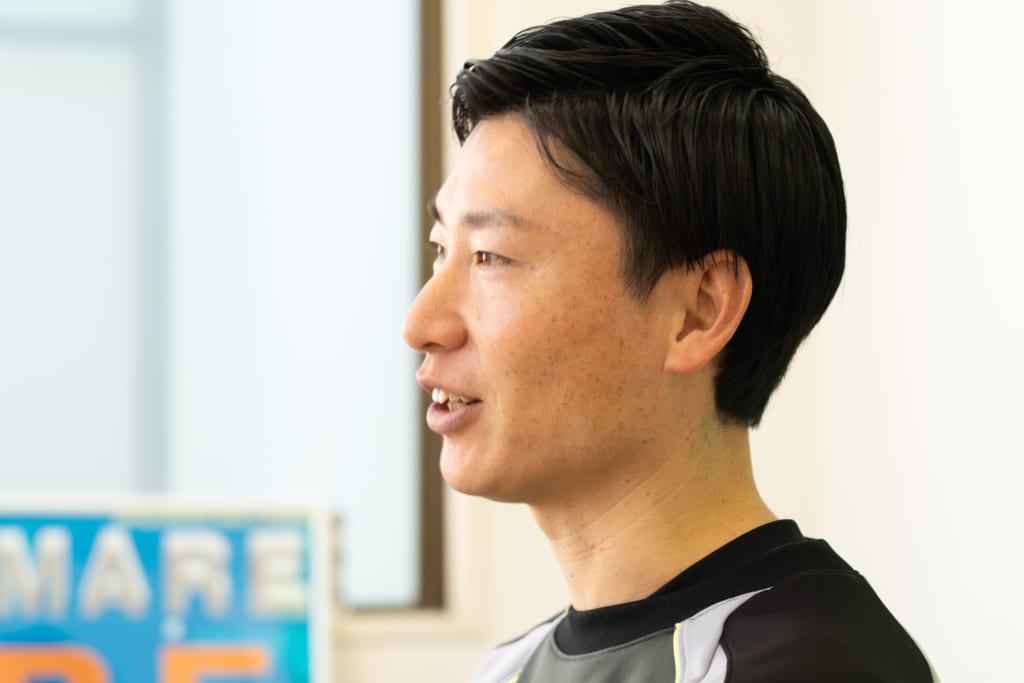 サッカーの指導方法について語る西村さん