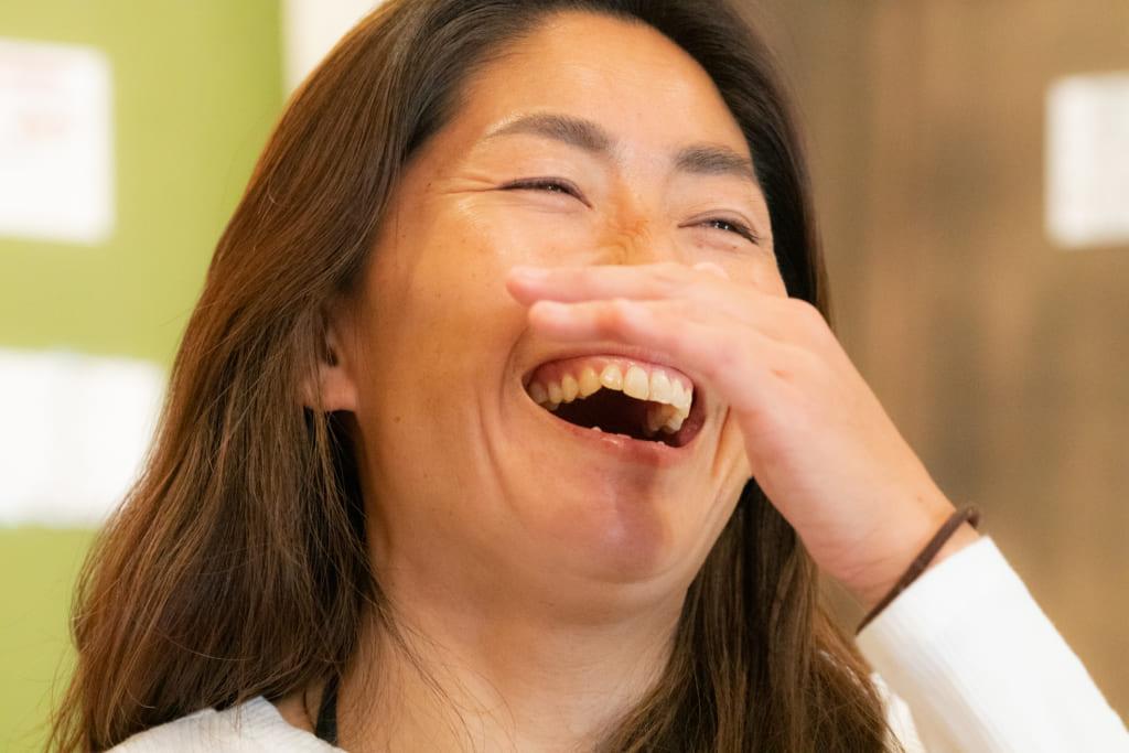 爆笑する吉田雅南子さん