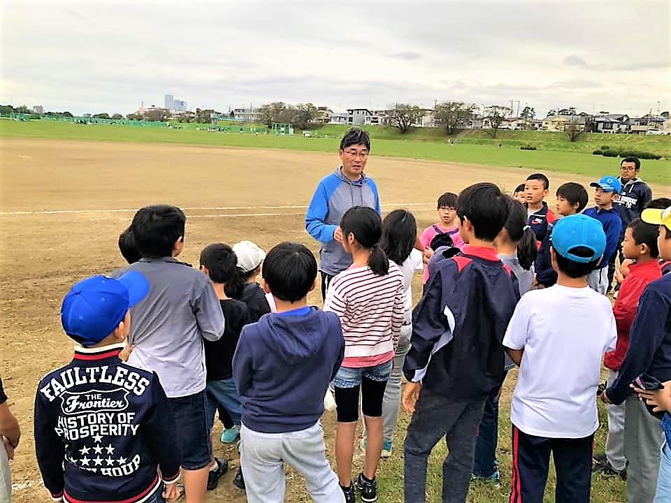 野球の指導をする上田さん