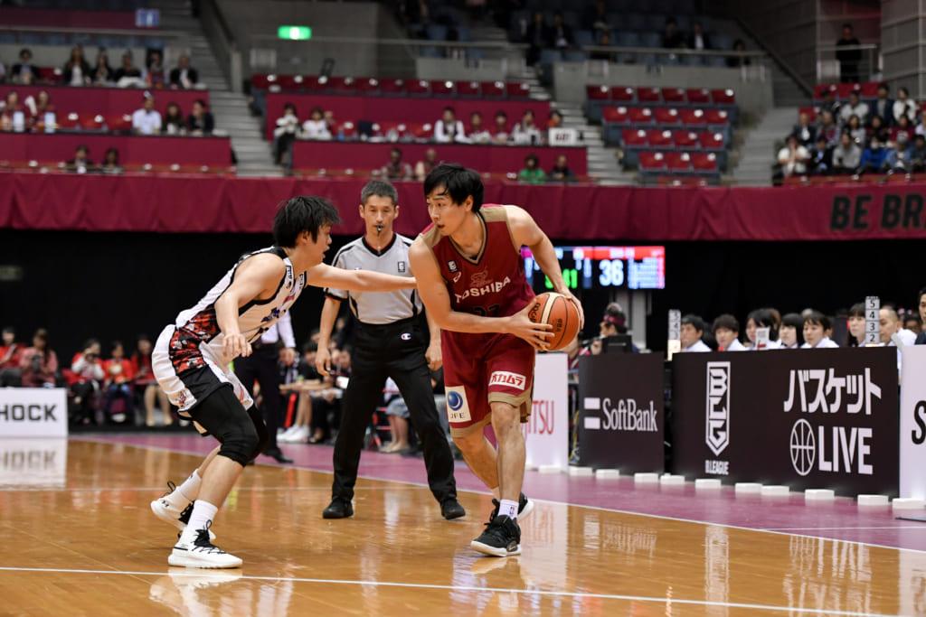 バスケットボールをプレイする長谷川選手