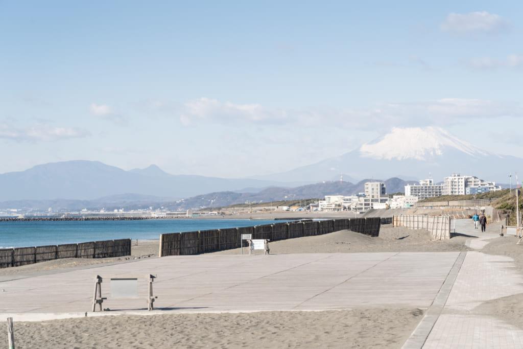 茅ケ崎のビーチと富士山