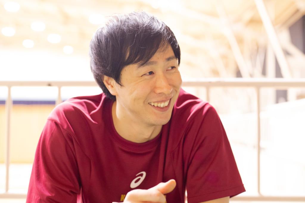 お子さんの話い目を細める長谷川選手