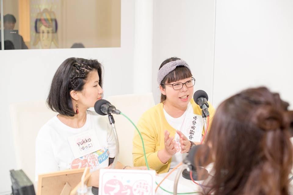 ラジオ収録中の中野さん(右)