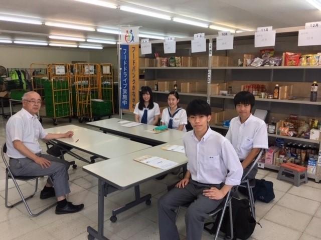 フードバンク活動について学ぶ学生たち