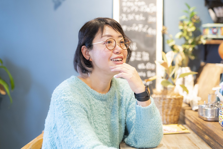 会社を退職したころの話をする佐藤麻子さん