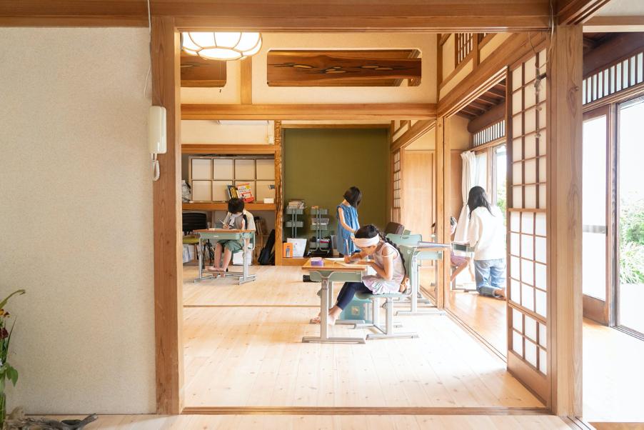 葉山町にあるヒミツキチ学園の教室内の風景