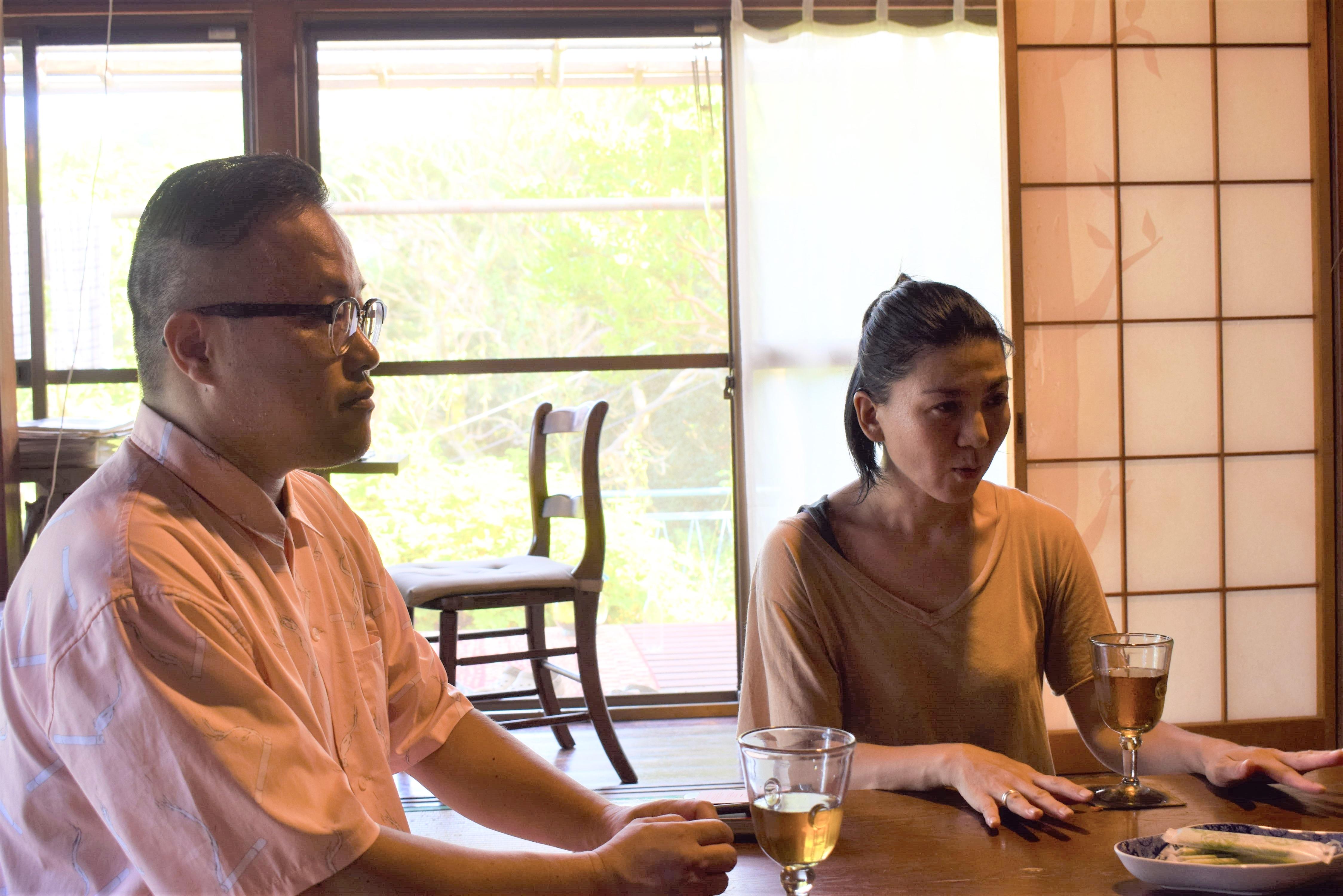 真鶴に移住をして、都会の暮らしの方が不自由が多かったと話す松平直之さんと妻の映子さん