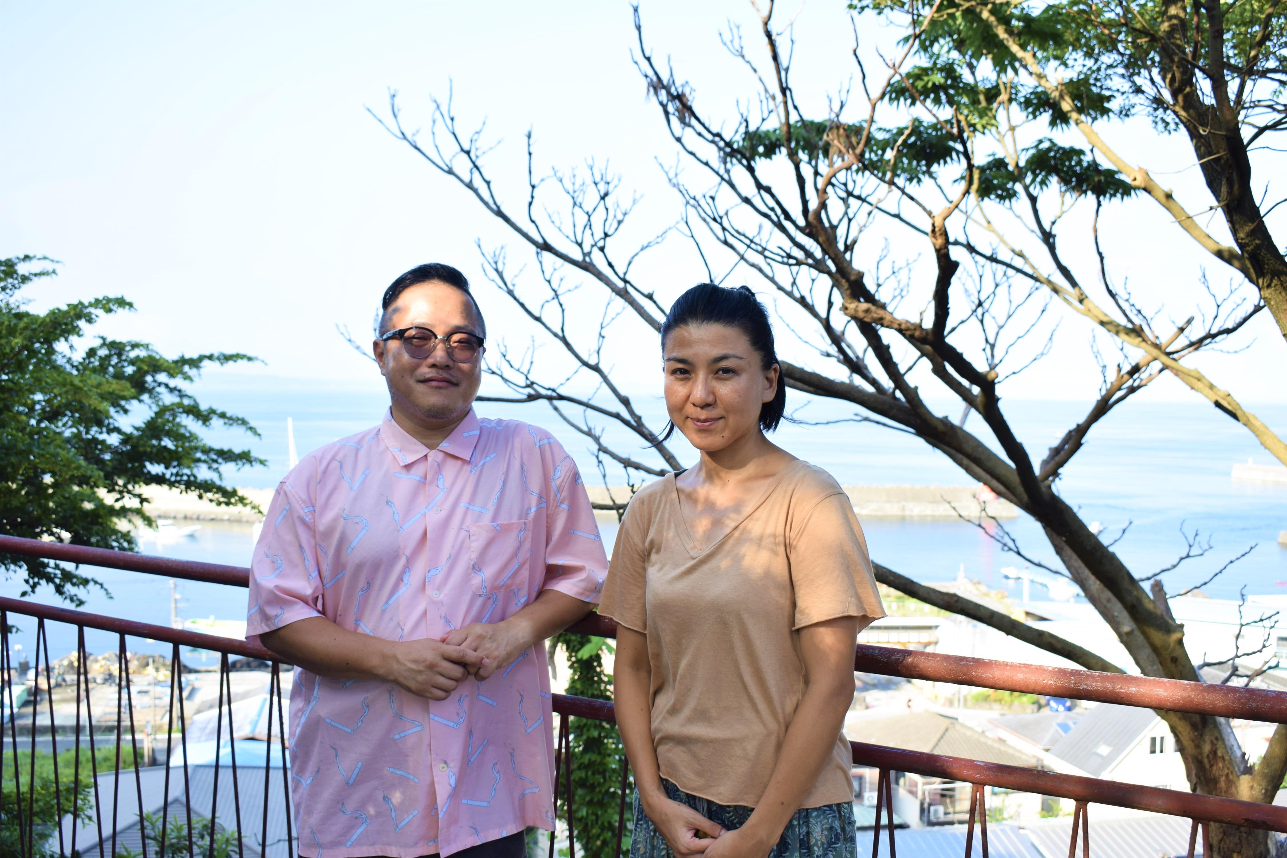 映像作家の松平直之さんと妻の映子さん