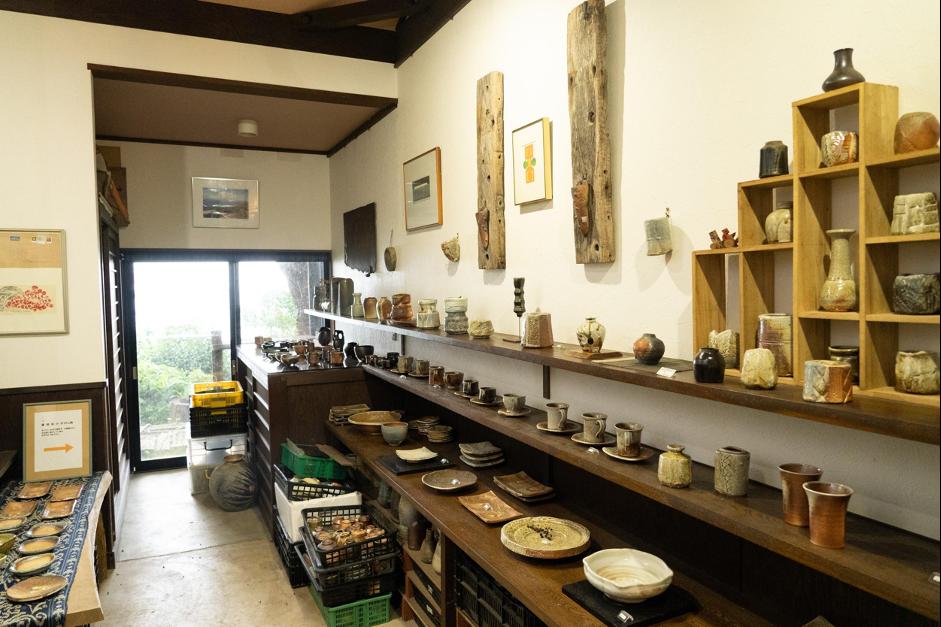 井上さんの作品が陳列されている