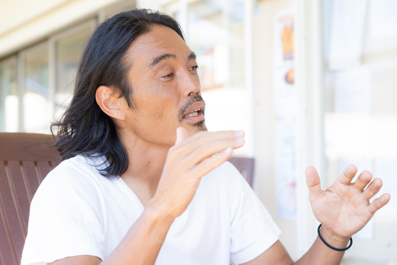ブラジルと日本のサッカー感の違いについて語る安彦さん