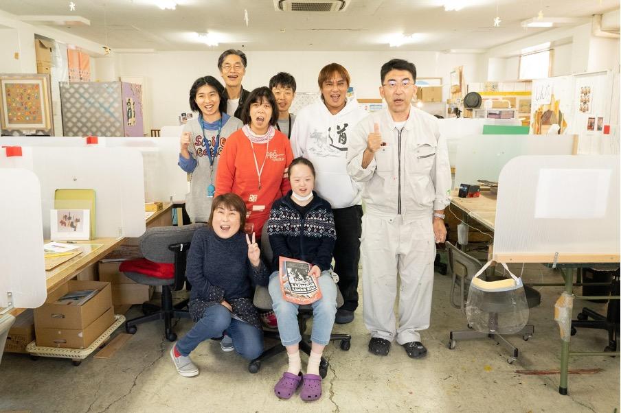 studio COOCAのメンバーと写真撮影