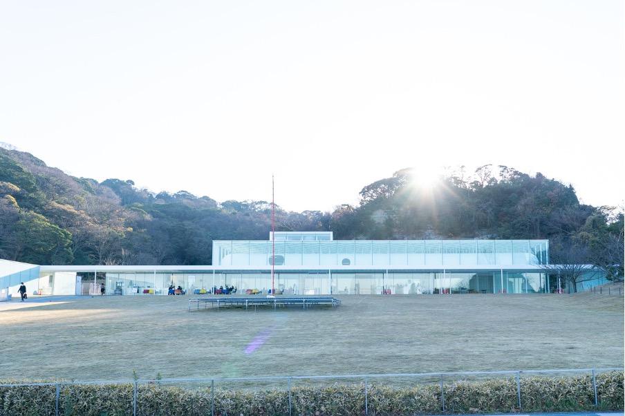 横須賀美術館の建て物と自然が見事に融合している