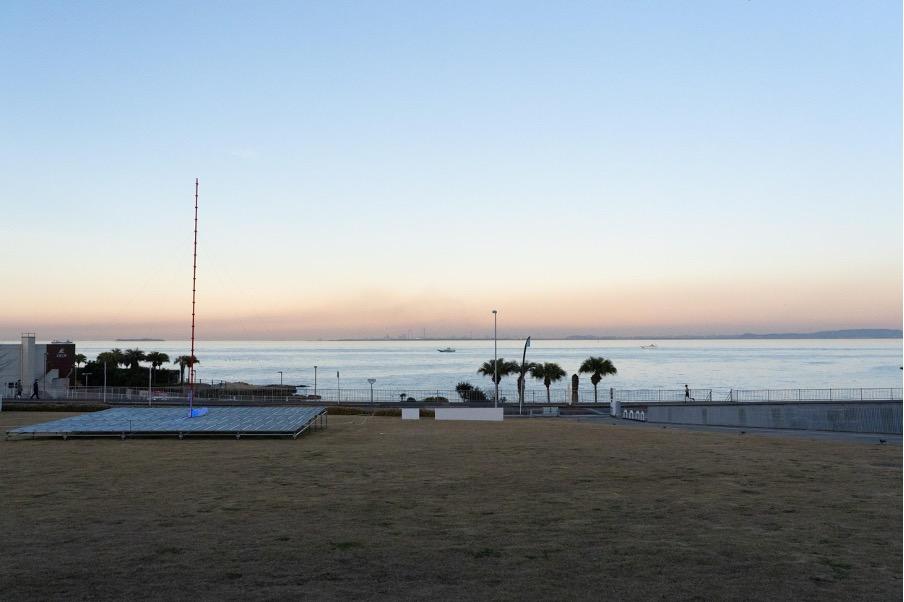 横須賀美術館の目の前には東京湾が広がっており、房総半島も見える